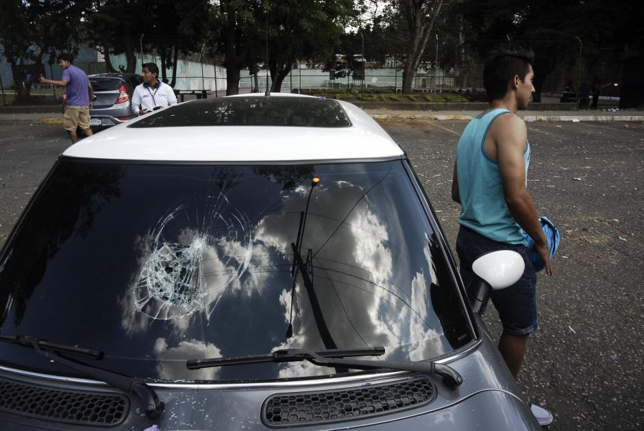 Los destrozos en las afueras del Estadio Revolución alcanzaron a los vehículos de los jugadores como el de Julián Pliego de la USAC. (Foto: Jesús Alfonso/Soy502)