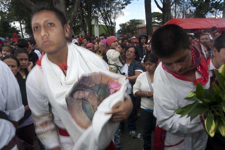 Este joven llevaba flores que ofreció a la imagen en el cortejo procesional. (Foto: Jesús Alfonso)