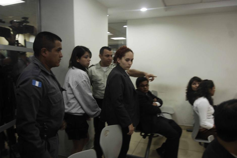 Geraldine Yvette del Cid y Dairin Cristal Cotón Florián ingresan a la sala de audiencias donde permanecieron por más de tres horas. (Foto: Jesús Alfonso/Soy502)
