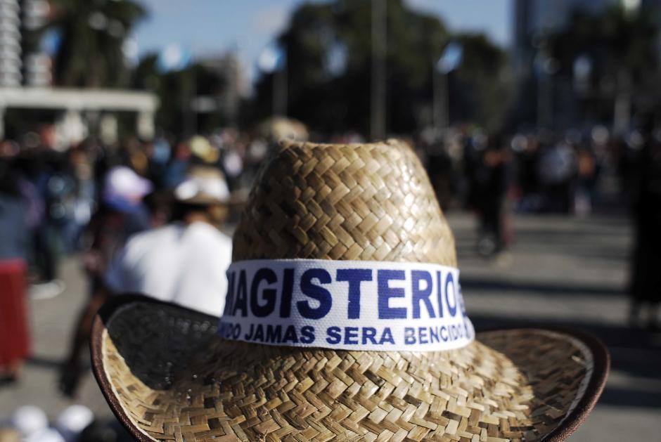 """Así es esta historia: los maestros portan sombreros en los que se lee la consigna: Magisterio unido jamás será bencido, con """"b"""" en lugar de """"v"""". (Foto Jesús Alfonso/Soy502)"""