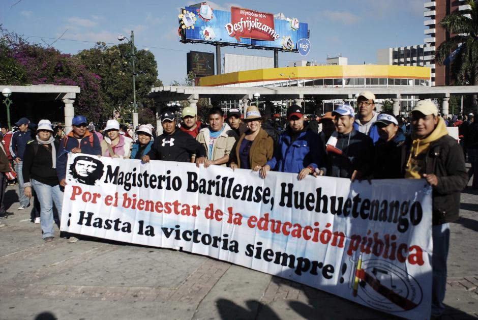Al menos 18 buses se estacionaron en los alrededores del Obelisco, en donde fueron transportados los docentes que participarán en la marcha. Foto Jesús Alfonso/Soy502