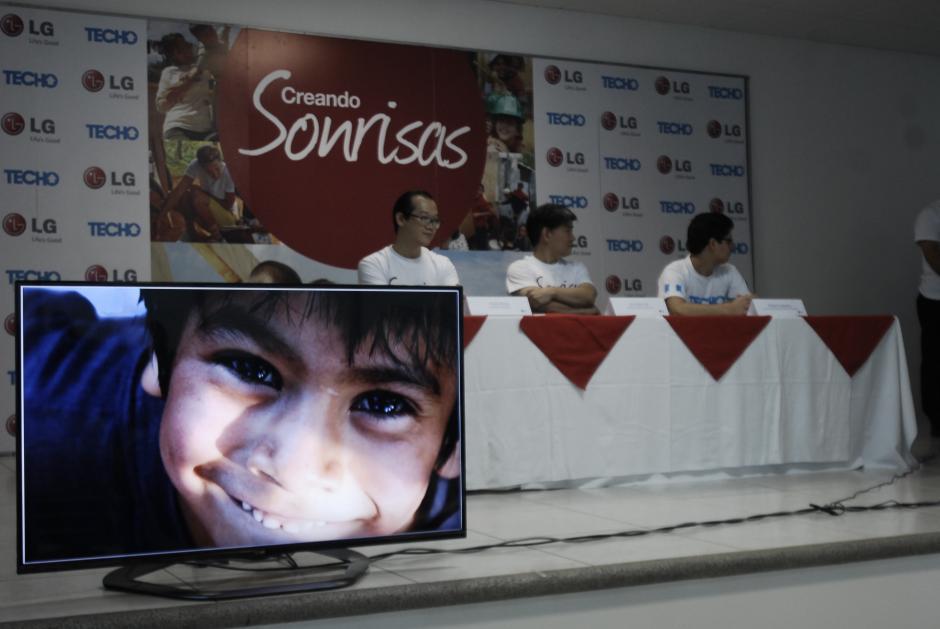 """Directivos de LG guatemala y TECHO, presentando campaña """"Creando Sonrisas"""". (Foto: Jesús Alfonso/Soy502)"""
