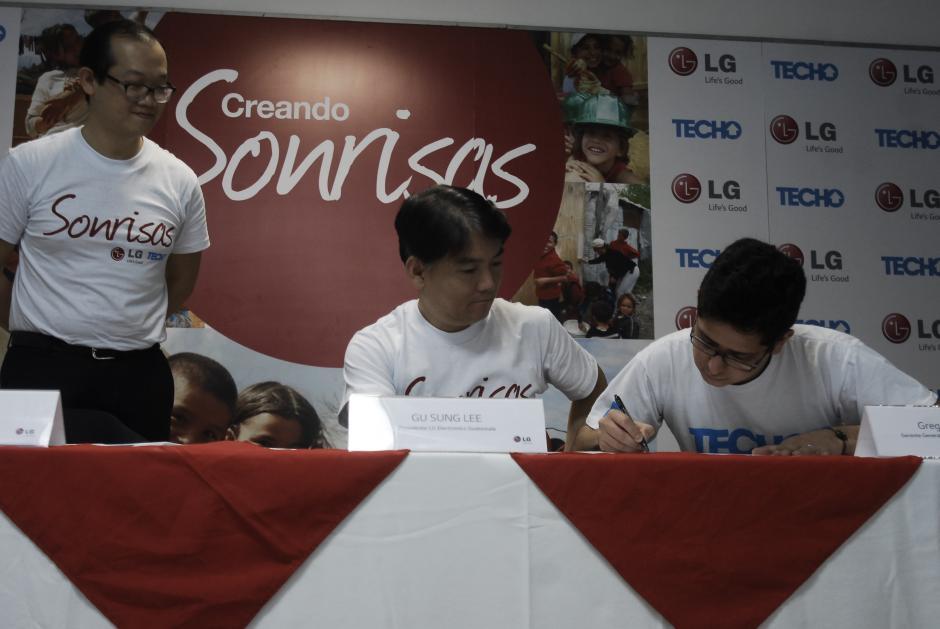 """TECHO y LG Guatemala firman convenio de compromiso de Campaña """"Creando sonrisas"""".(Foto: Jesús Alfonso/Soy502)"""