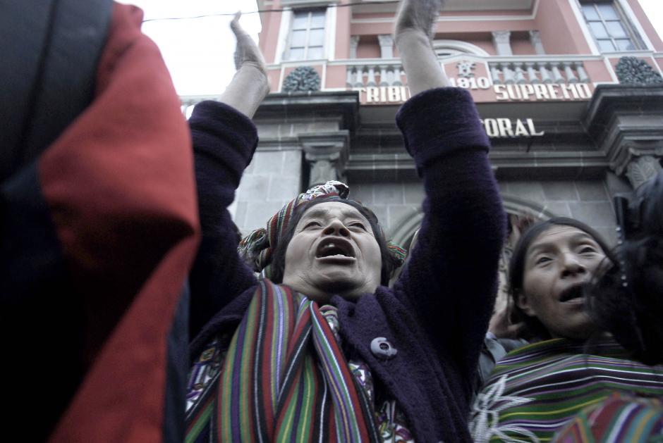 Pobladores de Nebaj escuchan frente a la sede del Tribunal Supremo Electoral y exigen a los magistrados que se convoque a elecciones en dicho municipio el 22 de diciembre próximo. (Foto: Jesús Alfonso/Soy502)