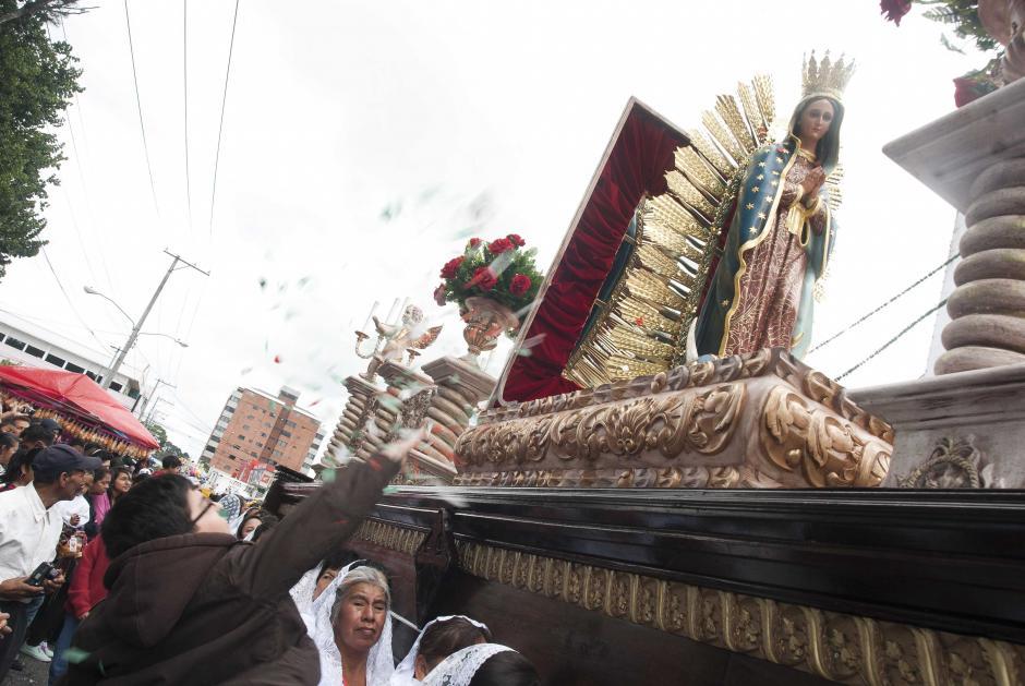 Cientos de personas se dieron cita a la casa de la virgen de Guadalupe en la zona 14 de la ciudad de Guatemala, ella salió en una procesión que recorrio la ciudad. (foto: Jesús Alfonso)