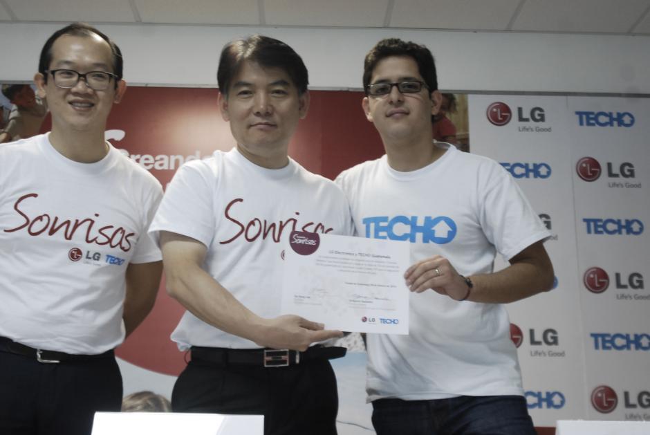 Fredy Wonc, gerente de mercadeo de LG, Nicolás Lee, presidente de LG Electronics en Guatemala y Gregorio Savedra de TECHO. (Foto: Jesús Alfonso/Soy502)