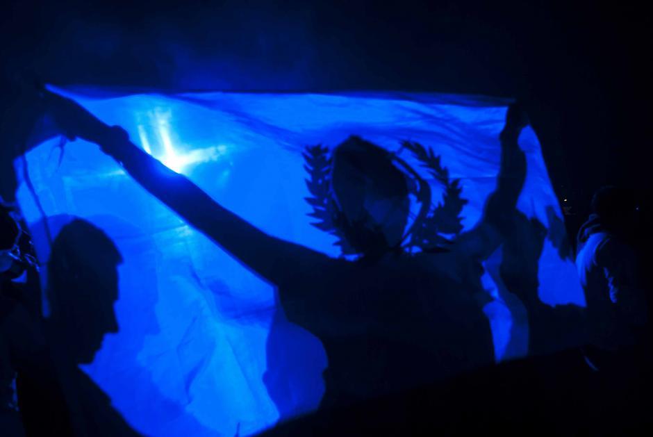 Algunos jóvenes portaban banderas para entregarselas al DJ. (Foto: Jesús Alfonso/Soy502)