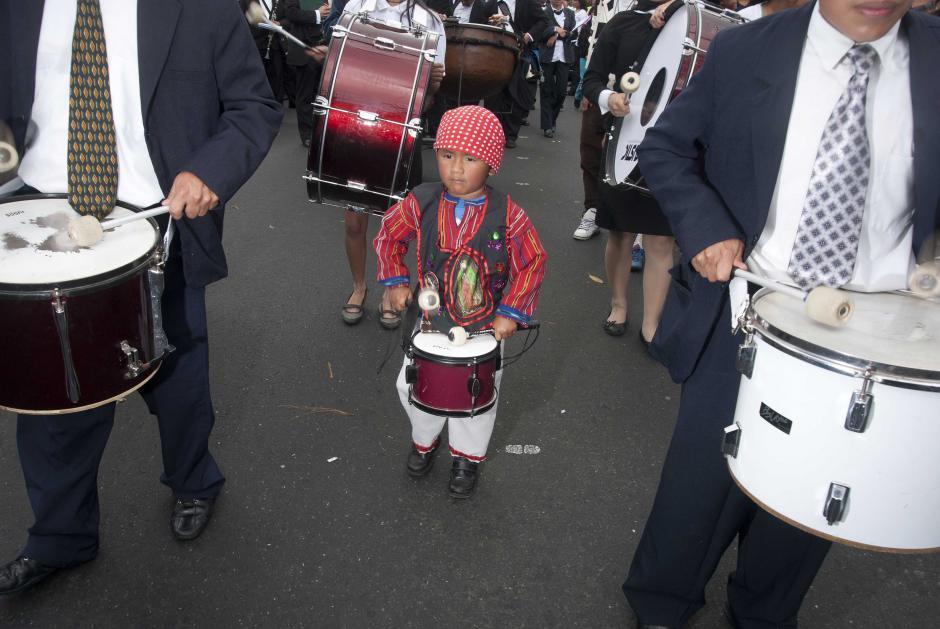 El niño Jefrie Mario René Estrada es parte de la banda, además de presentarse vestido para la ocasión. (Foto: Jesús Alfonso)