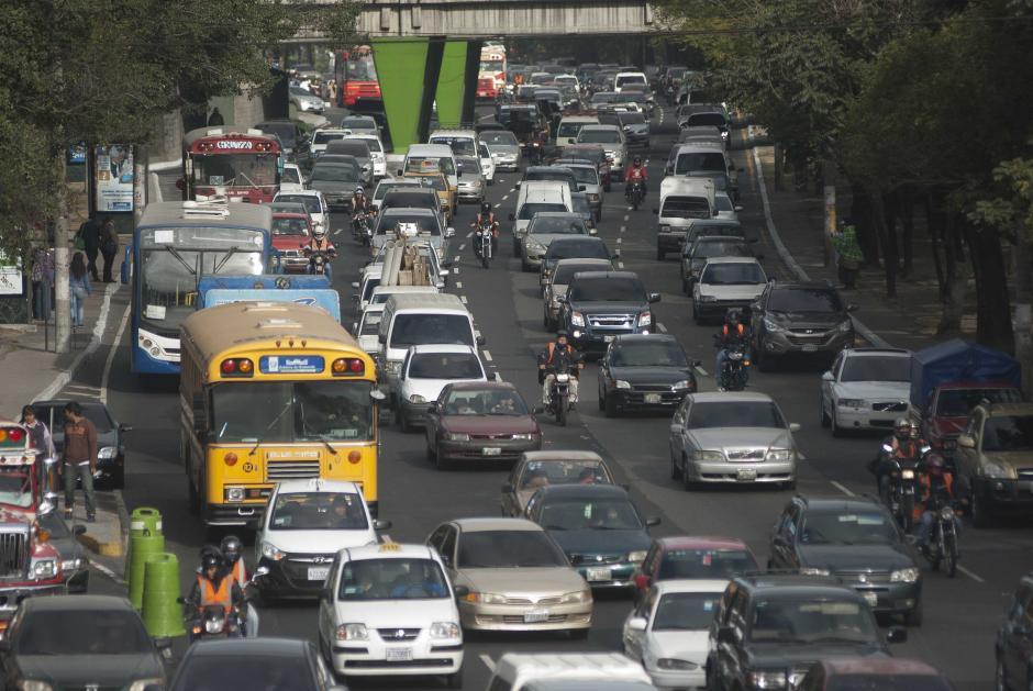 Según las previsiones de la Policía Municipal de Tránsito, este lunes 20 de enero son al menos 700 mil vehículos más los que se sumaron al tráfico citadino. Foto Jesús Alfonso/Soy502