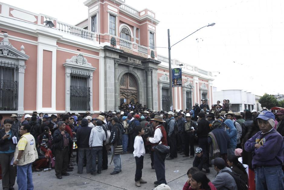 Pobladores de Nebaj Quiche permanecen frente a la sede del Tribunal Supremo Electoral a la espera de la respuesta de las autoridades, los manifestantes exigen que las elecciones se repitan. (Foto: Jesús Alfonso/Soy502)