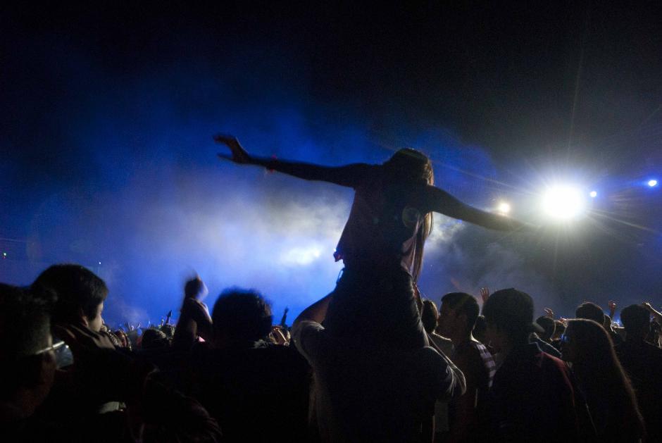 Las chicas lograron tener una lugar preferencial para ver al artista holandés que se presentó en Guatemala la noche del sábado. (Foto: Jesús Alfonso/Soy502)