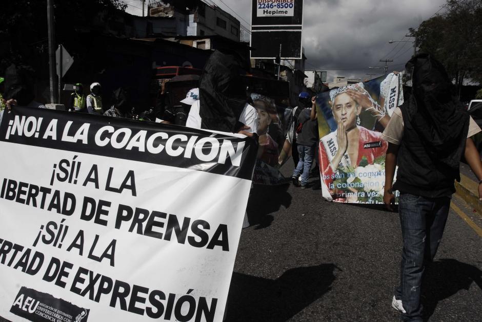 Los encapuchados portaban carteles que aludían a la relación de la prensa con el presidente Otto Pérez. Además de llevar otros mensajes en las pancartas. Foto Jesús Alfonso/Soy502