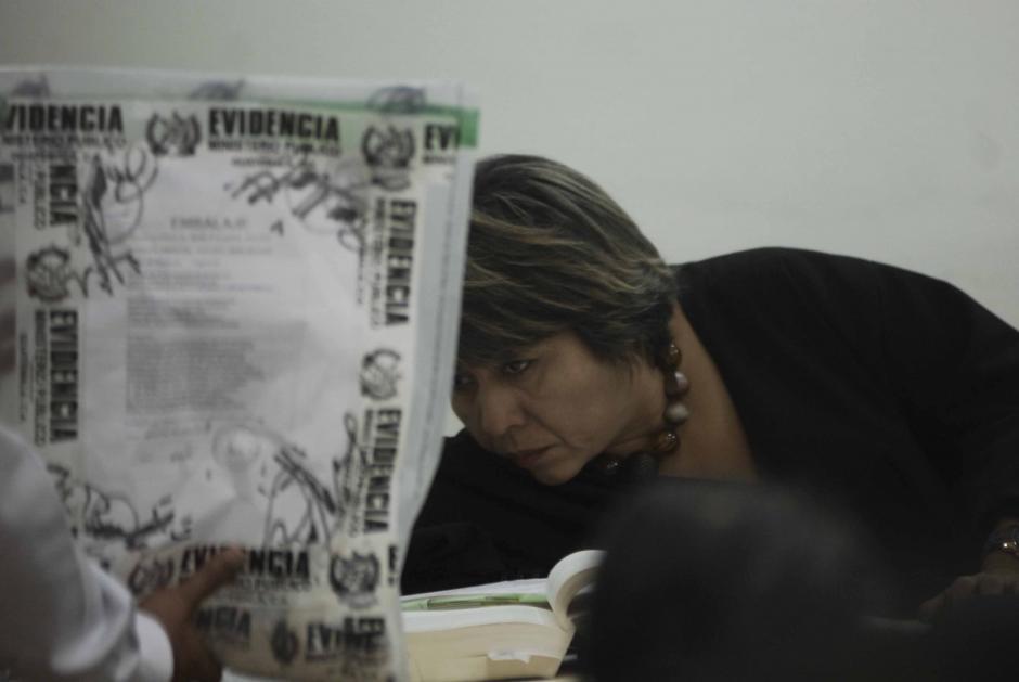 La Jueza de turnoEnma Vásquez observa las pruebas presentadas por el Ministerio Público. (Foto: Jesús Alfonso/Soy502)