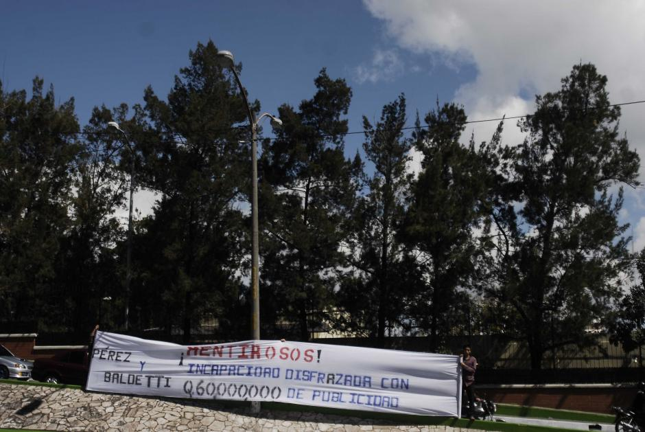 Mantas también fueron portadas por los miembros del grupo de encapuchados con señalamientos a la gestión del gobierno de Otto Pérez. Foto Jesús Alfonso/Soy502