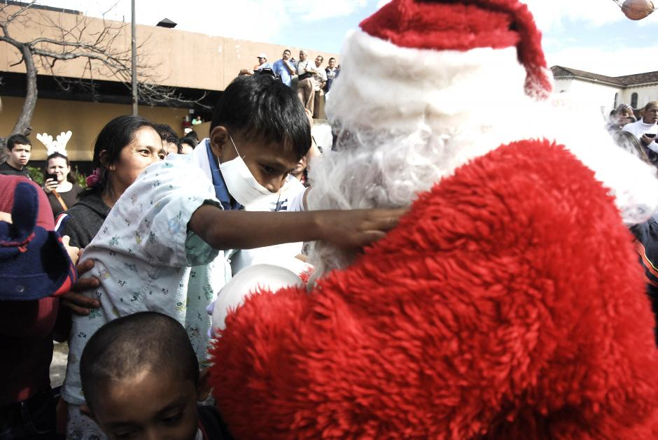 Los pacientes de la pediatría del hospital San Juan de Dios recibieron la visita de Santa Claus este miércoles. (Foto: Jesús Alfonso/Soy502)