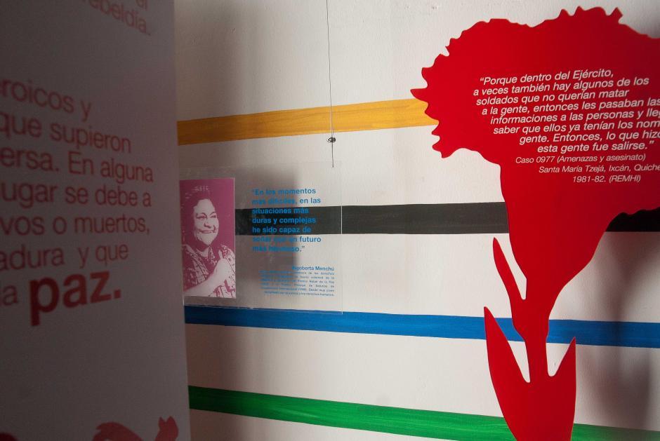 Frases y fotografías de personalidades que se opusieron al regimen impuesto por los gobiernos buscan la reflexión de los asistentes. (Foto: Jesús Alfonso/Soy502)