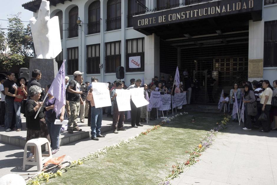 Organizaciones de mujeres hicieron una alfombra en las afueras como muestra del apoyo a la Fiscal General. (Foto: Jesús Alfonso)