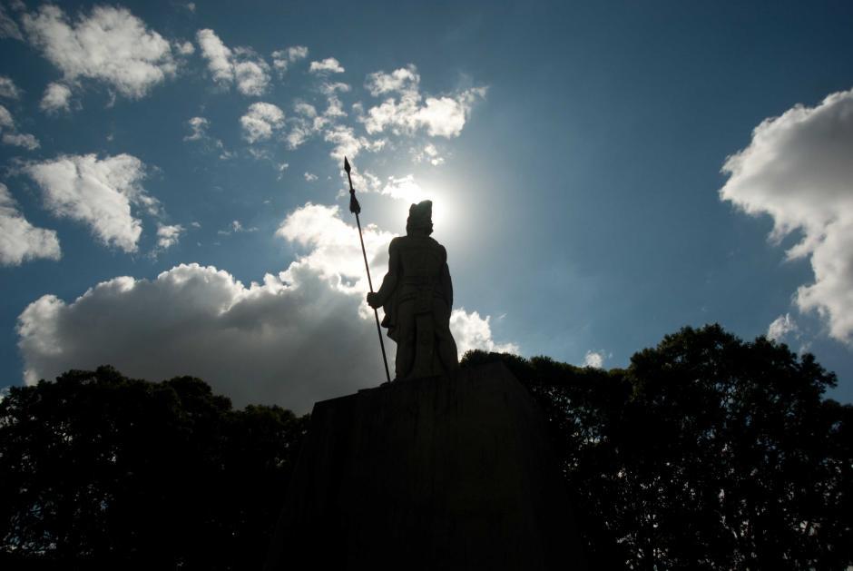 La sombra del general del ejército Quiché que luchó contra los conquistadores en un atardecer de febrero en la ciudad de Guatemala.  (Foto: Jesús Alfonso/Soy502)