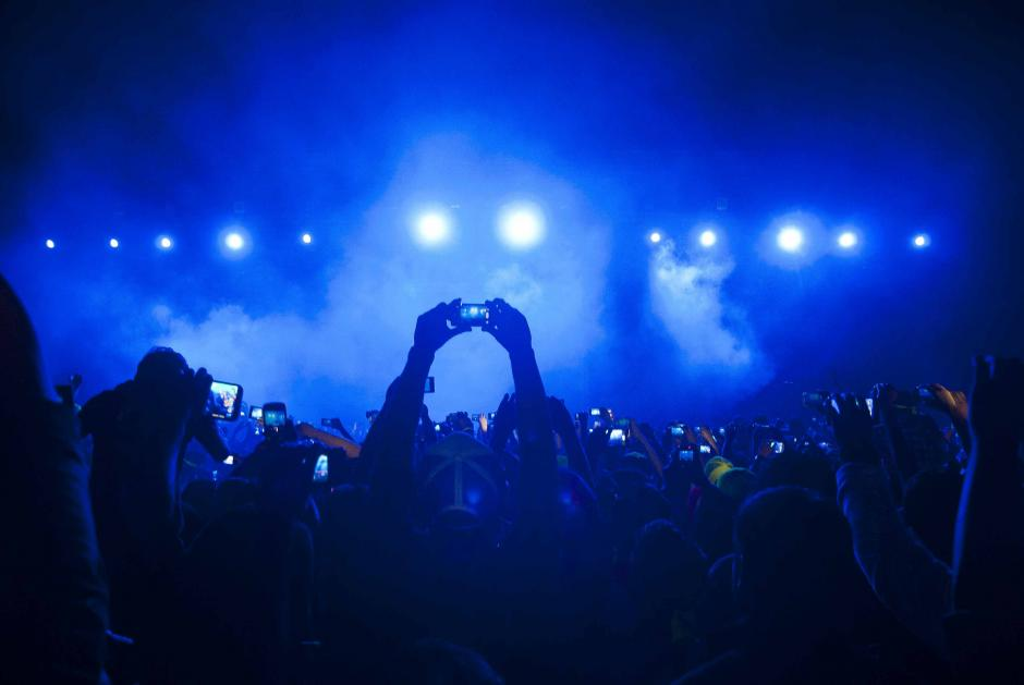 Una noche llena de luz y magnetismo vivieron cientos de jóvenes presentes en el Estadio del Ejercito, quienes querían grabar la entrada del DJ, para luego saltar al ritmo de sus mezclas. (Foto: Jesús Alfonso/Soy502)