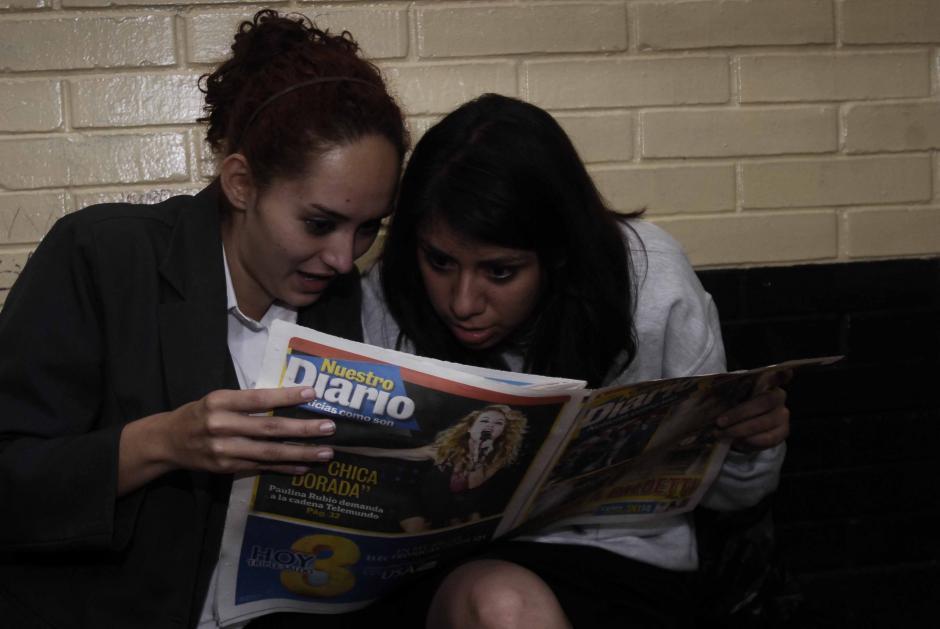 Geraldine Yvette del Cid y Dairin Cristal Cotón Florián iniciaron el día revisando los medios. (Foto: Jesús Alfonso/Soy502)