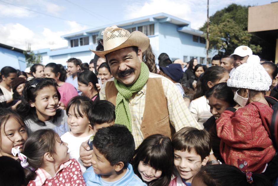 La pareja de comediantes Nito y Neto también llegaron a provocar algunas sonrisas entre los padres de los niños pacientes de la Pediatría del San Juan de Dios. (Foto: Jesús Alfonso/Soy502)