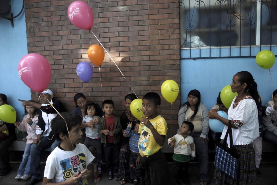 Globos y juguetes provocaron alegría a los niños que llevan varios días (algunos varios meses) internos en la Pediatría del Hospital San Juan de Dios. (Foto: Jesús Alfonso/Soy502)