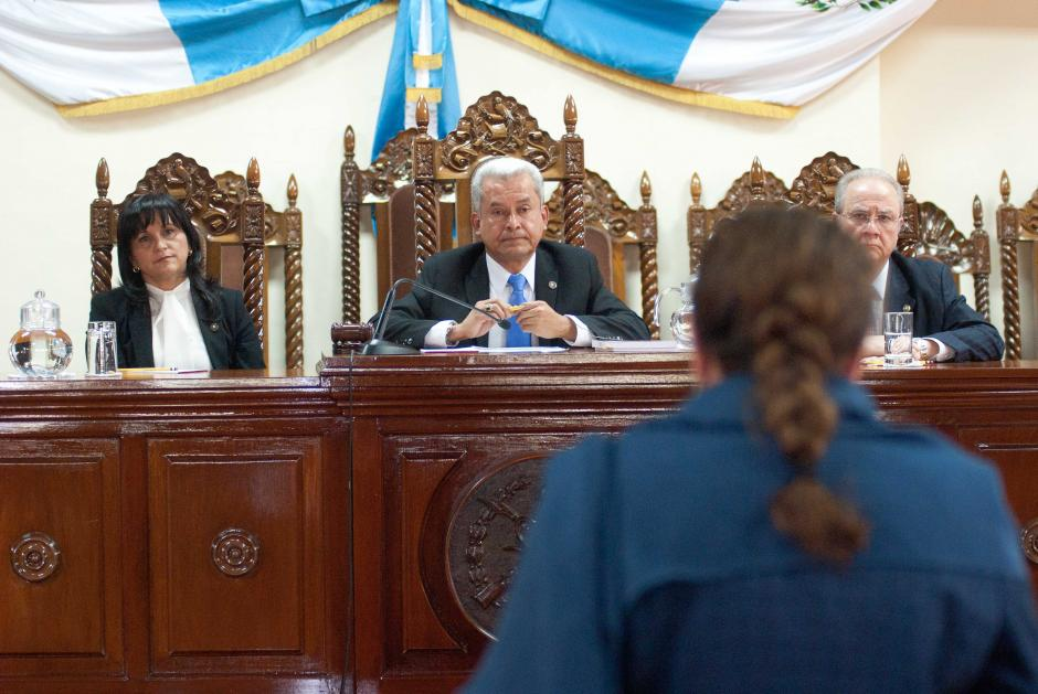 Héctor Hugo Pérez Aguilera, presidente de la Corte de Costitucionalidad, escucha con atención junto a los demás magistrados los argumentos de Paz y Paz. (Foto: Jesús Alfonso/Soy502)
