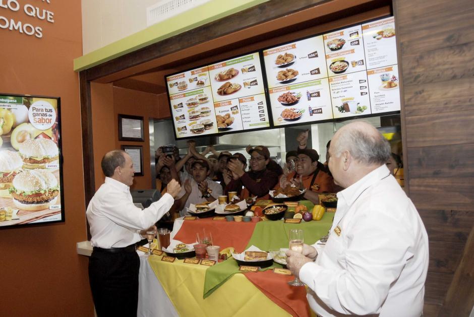 Juan José Gutiérrez, Presidente corporativo de Pollo Campero anima a los colaboradores al dar por inagurado el restaurante en Santa Amelia. (Foto: Jesús Alfonso/Soy502)