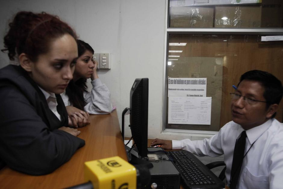Unas horas más tarde son fichadas por el oficial de turno, que les pide datos generales antes de ser escuchadas por la juez. (Foto: Jesús Alfonso/Soy502)
