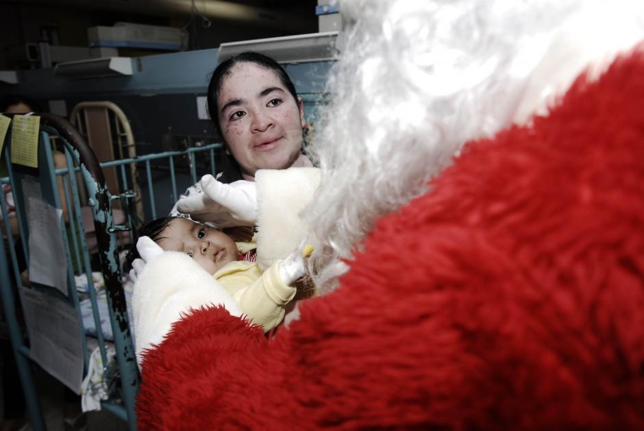 Juguetes y refacciones repartió Santa Claus durante su visita a la Pediatría del San Juan de Dios. (Foto: Jesús Alfonso/Soy502)