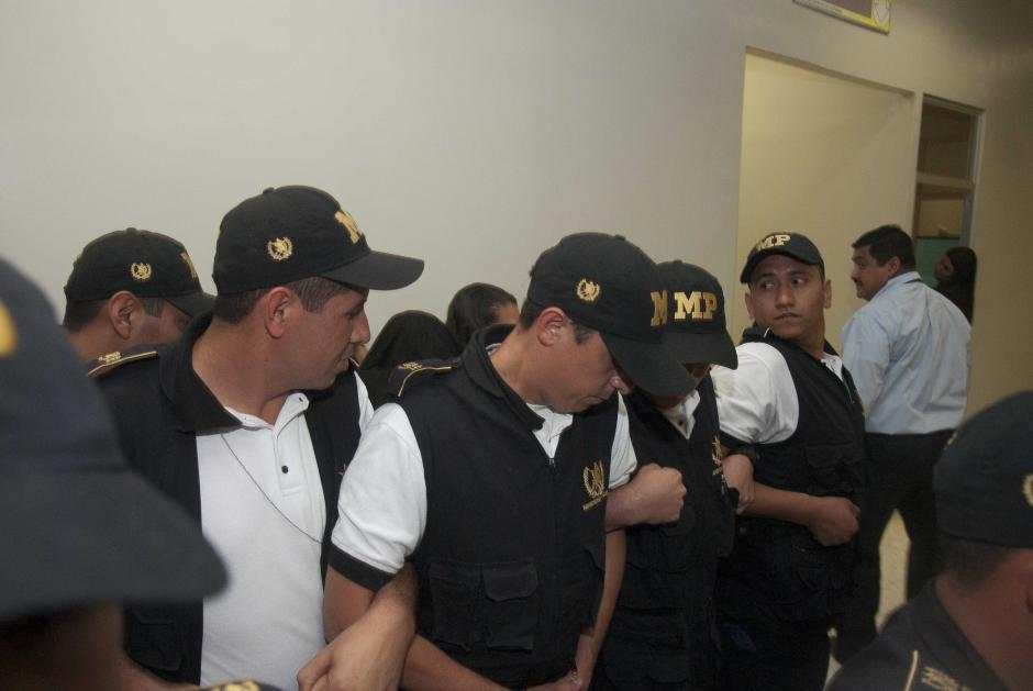 Agentes del Ministerio Público resguardaban el ingreso a la oficina de atención a la víctima. (Foto: Jesús Alfonso/Soy502)
