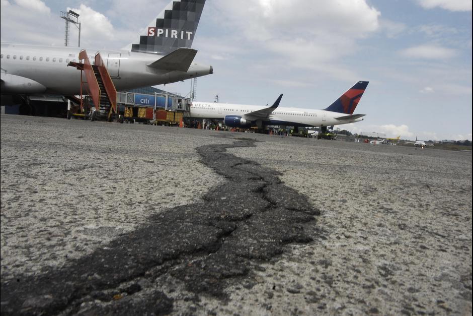 Desde el 2014 se anunció que se realizaría un concurso para darle mantenimiento al pavimento de la pista pero no se adjudicó a ninguna empresa. (Foto: Archivo/Soy502)