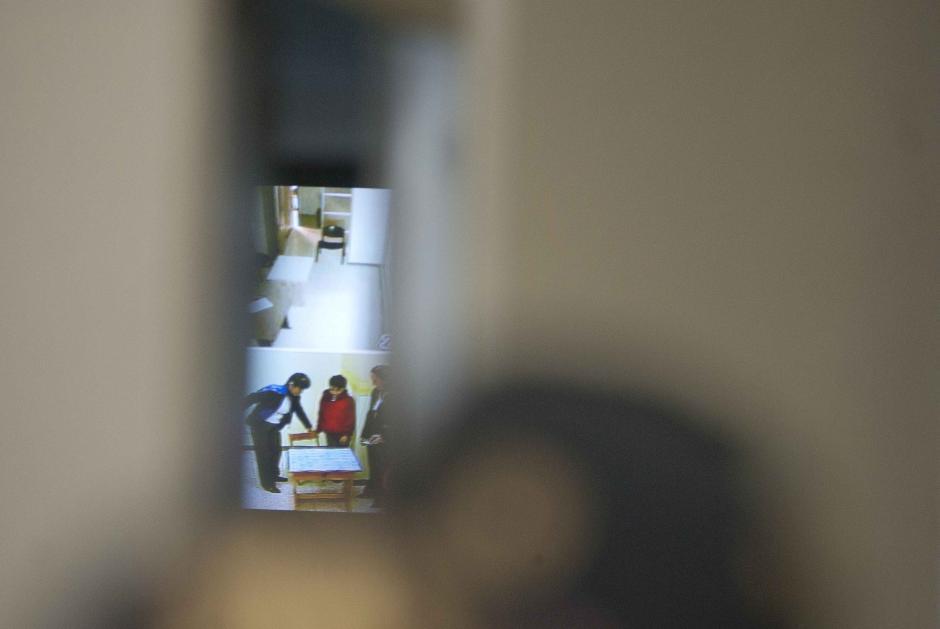 Al fondo, la imagen del ambiente de la Cámara Gesell, donde declara Roberto José Barreda Siekavizza. (Foto: Jesús Alfonso/Soy502)