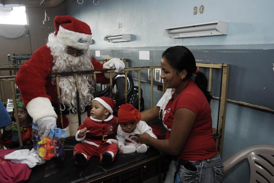 Santa se encontró con su clon en una de las cunas de la Pediatría del Hospital San Juan de Dios. (Foto: Jesús Alfonso/Soy502)