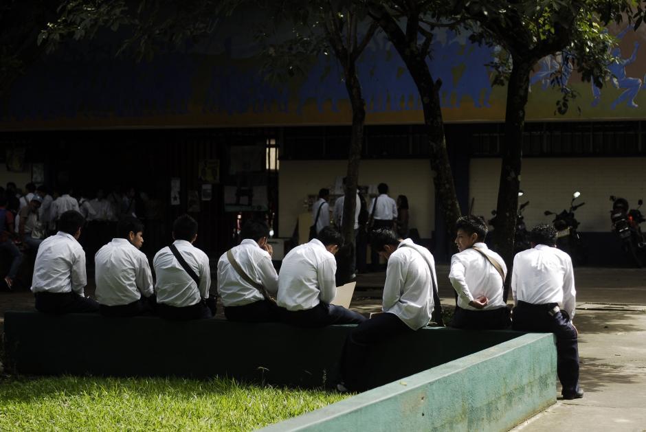 Aun con el uniforme del colegio, estos estudiantes tuvieron que viajar desde Escuintla para poder someterse al examen de aptitudes de la USAC. (Foto: Jesús Alfonso/Soy502)