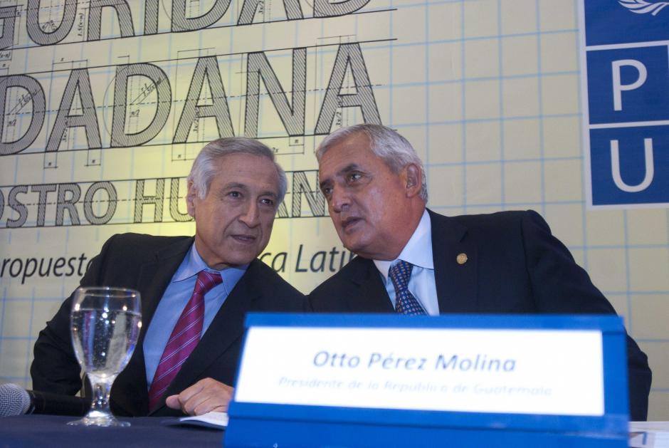 Heraldo Muñoz, subsecretario General de la ONU y Director del PNUD, junto al presidente Otto Pérez Molina, durante la presentación del Informe Regional de Desarrollo Humano. (Foto: Jesús Alfonso/Soy502)