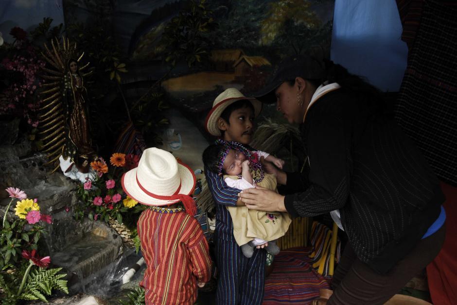 Niños de todas las edades son vestidos con trajes típicos para la ocasión especial: las fotografías pueden costar desde Q25 a Q35 y se pueden encontrar lugares donde imprimen al instante como recuerdo de la visita. (Foto: Jesús Alfonso/Soy502)