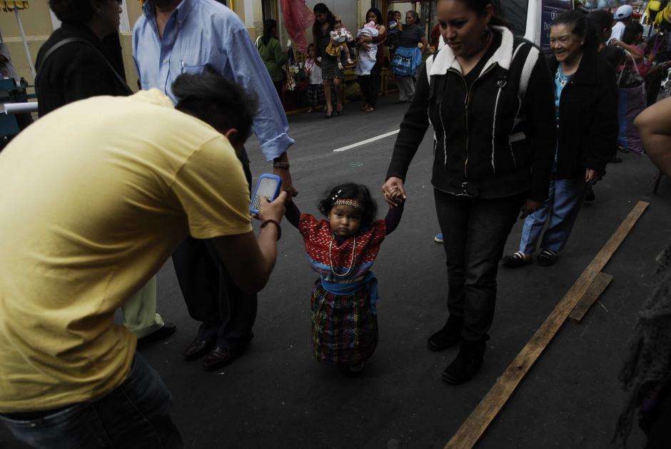 Cientos de padres llevan a sus niños a visitar a la Virgen de Guadalupe, para ofrecerles su salud y bienestar. No importa la edad, los niños acuden a la Basílica, ubicada en la zona 1. (Foto: Jesús Alfonso/Soy502)