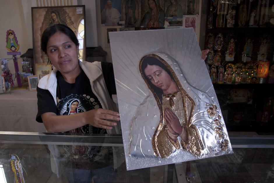 Muchos son los recuerdos que se pueden adquirir en los alrededores de la Basílica de Guadalupe, en la zona 1 capitalina. La imagen muestra un cuadro con la imagen de la virgen en técnica de repujado, el cual se vende desde Q200. (Foto: Jesús Alfonso/soy502)