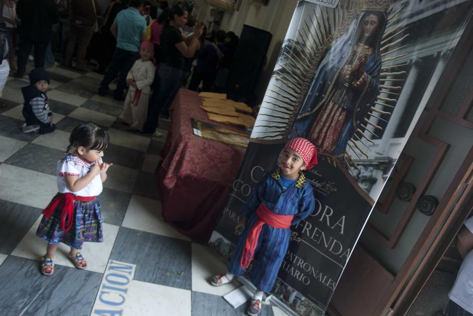 Los padres acuden con los niños a la Basílica de Guadalupe, en la zona 1 capitalina. En la foto, dos niños esperan para ser fotografiados luciendo trajes típicos. (Foto: Jesús Alfonso/Soy502)