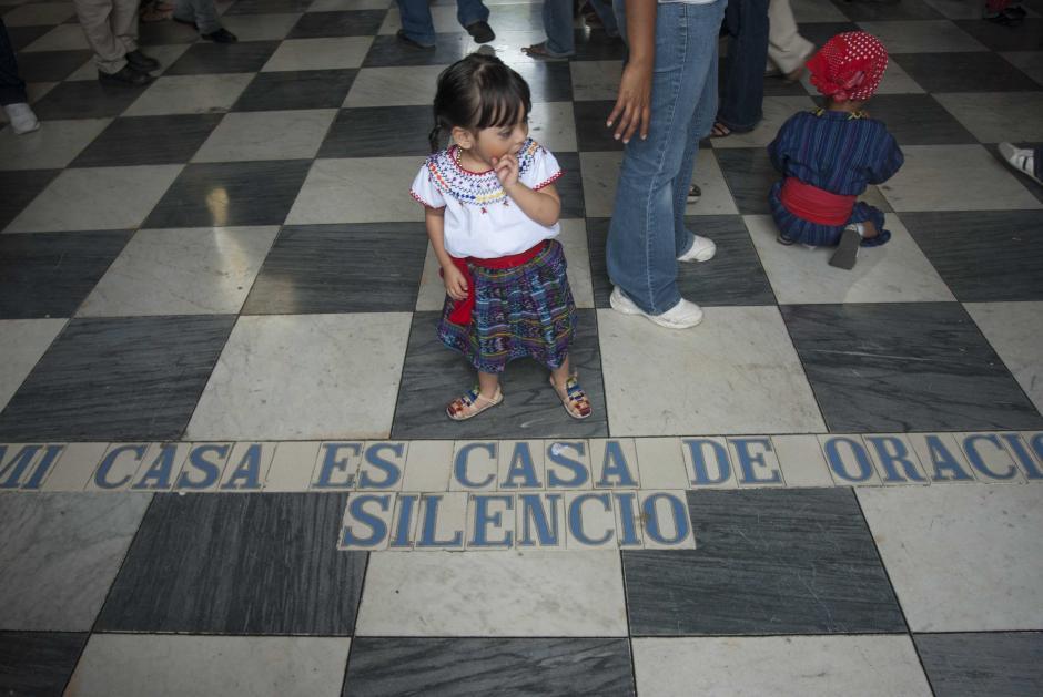 Un letrero en el suelo recuerda que la Basílica es casa de oración, algo que es imposible con la algarabía y celebración en este 12 de Diciembre. (Foto: Jesús Alfonso/Soy502)