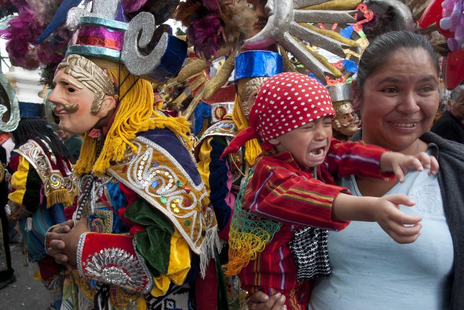 El baile de la conquista también fue presentado en las afueras del templo, antes de la salida de la procesión de la Virgen. (Foto: Jesús Alfonso)