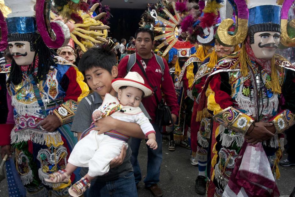 Familiares aprovecharon la presencia de los personajes para tomar fotografías. (Foto: Jesús Alfonso)