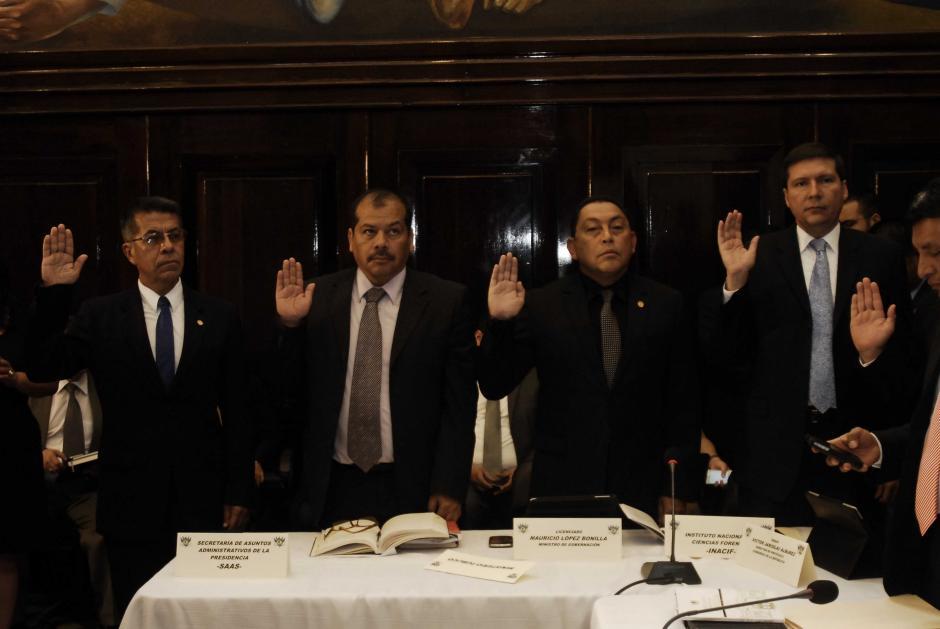 Momento en que son juramentados los funcionarios interrogados por la Comisión Legislativa que investiga el caso de la agresión a Roxana Baldetti con polvo blanco. (Foto: Jesús Alfonso/Soy502)