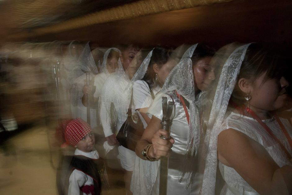 Este niño acompañó a su mamá en la salida del cortejo procesional. En el turno de salida todas las fieles vestían de blanco. (Foto: Jesús Alfonso/Soy502)