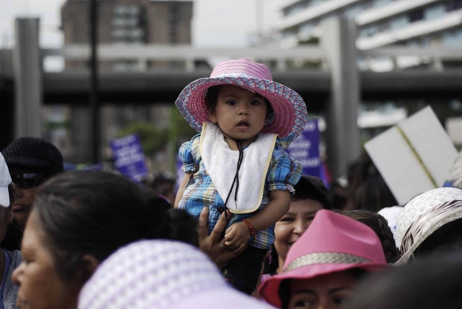 Marelin Dayana Pineda participó en la marcha junto a su madre en una de las organizaciones sociales que ayudan a las féminas a solucionar los problemas sociales que les afectan. (Foto: Jesús Alfonso/Soy502)