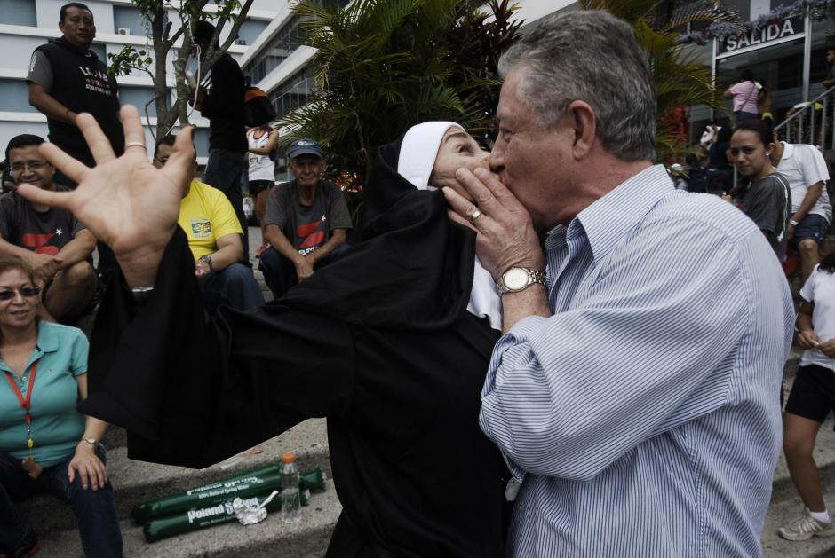Ivonne Contreras disfrazada de monja recibe un apasionado beso de su esposo. Ella se sorprendió por el gesto. (Foto: Jesús Alfonso/Soy502)