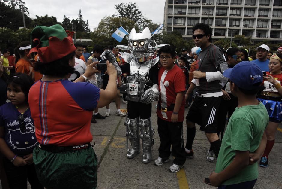 Muchos querían fotografiarse con este robot, un participante que llegado desde Tecún Umán para participar en la última carrera del año. (Foto: Jesús Alfonso/Soy502)