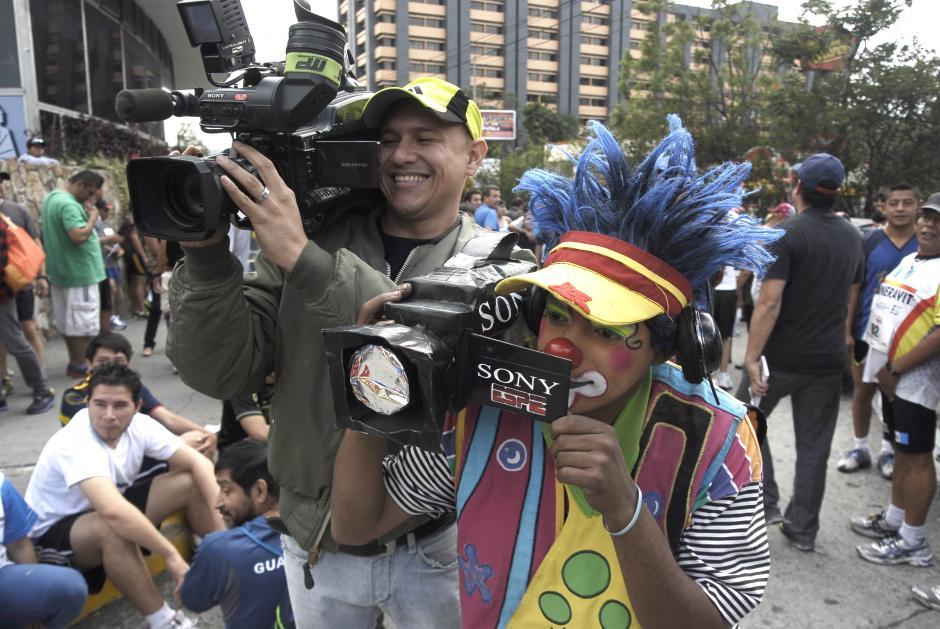 Este payasito afirmaba trabajar para ESPE y le hace la competencia a un camarógrafo. (Foto: Jesús Alfonso/Soy502)