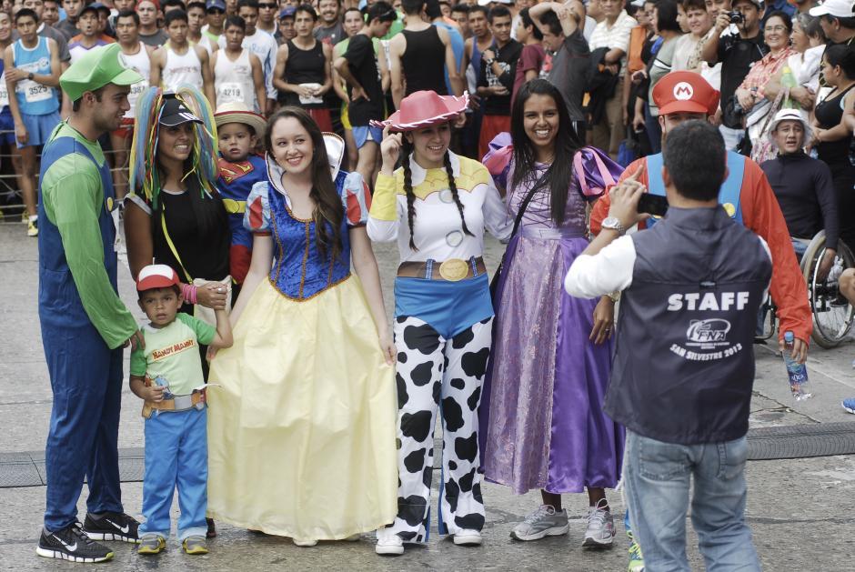 Familias completas participan, ya sea corriendo o animando desde el público. Este grupo aprovecha para fotografiarse en la línea de salida. (Foto: Jesús Alfonso/Soy502)